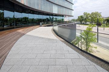 Platten von Friedl Steinwerke am Gartendeck des Erste Campus