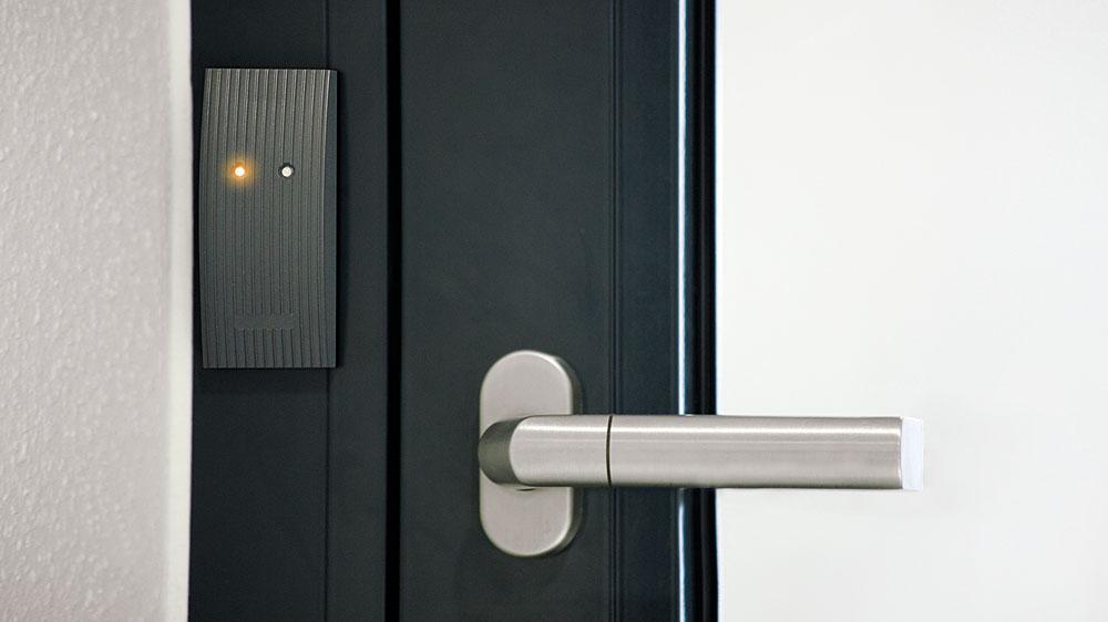 Winkhaus: Neuer blueCompact Wandleser öffnet Türen und Tore