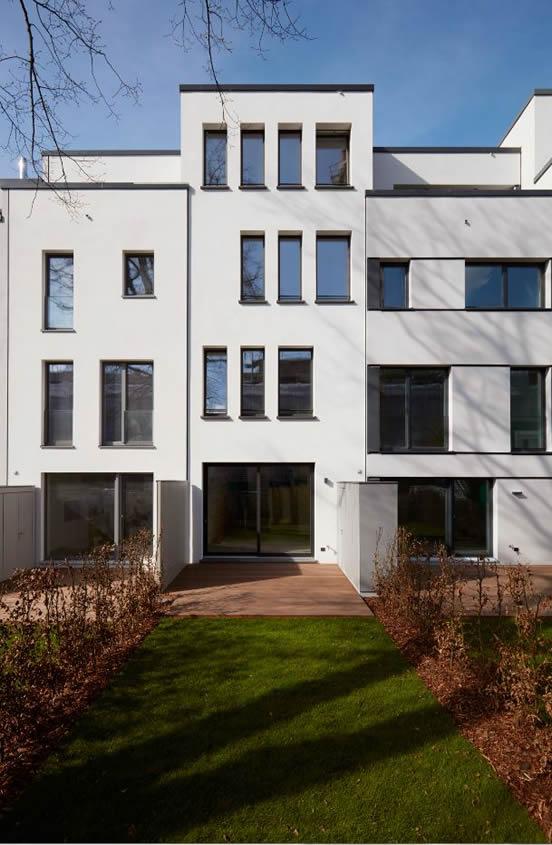 upTOWNHOUSES von Hinten mit weisser Fassade (© Rolf Otzipka Fotografie)