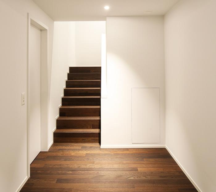 Die Treppe ist ein detailreiches Gestaltungselement für eine optimale Raumwirkung. Diese wurde ebenfalls mit Cleverpark Eiche 14, geräuchert, gebürstet, naturgeölt gestaltet.
