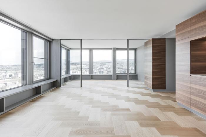 Die grossen Fensterfronten lassen viel Licht in die Wohnungen. (© NAOMI HAJNOS GmbH)