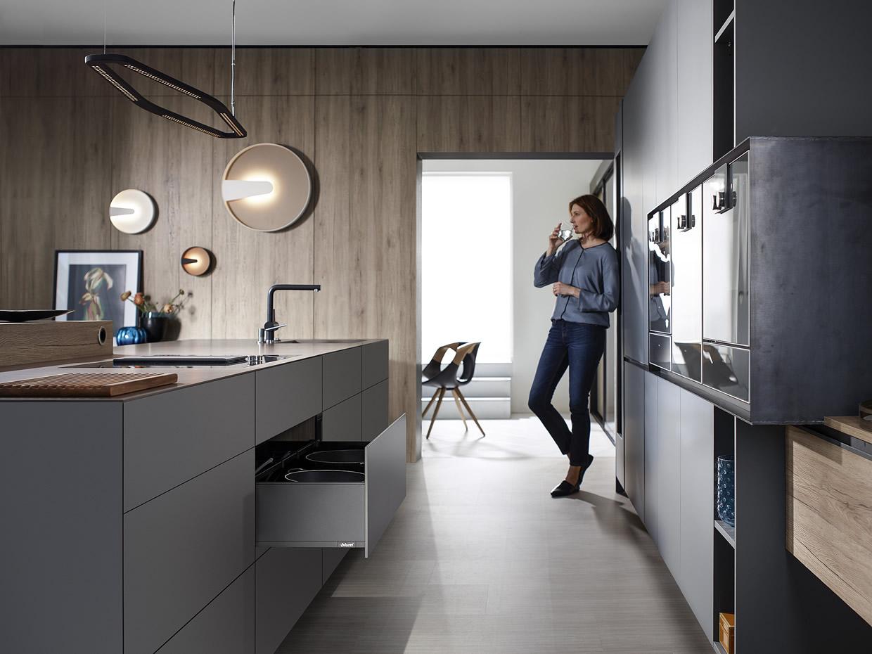 Edle Möbel mit dunklen Beschlägen – Blum macht's möglich