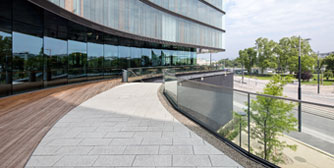 <br>Platten von Friedl Steinwerke am Gartendeck des Erste Campus