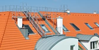 <br>Dachbegehung auf Steildächern: FLENDER-FLUX hat die Lösung!
